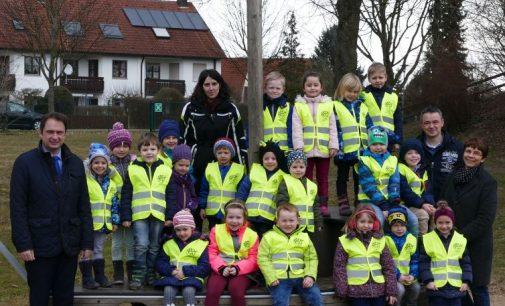 Round Table Dillingen spendet Warnwesten: Mehr Sicherheit für Kinder