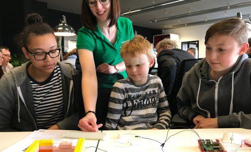 Smarte Kooperation: E WIE EINFACH unterstützt die Codingschule
