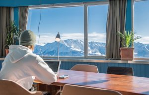 "Mitten im Schweizer Skigebiet LAAX: Das Open Office ""The Bridge"""
