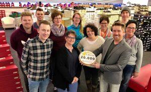 """In Feierlaune: Kay Zimmer und das schuhplus-Team feiern 20.000 """"SEHR GUT"""" Bewertungen."""