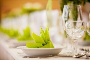 Servietten für den gedeckten Tisch in der Gastronomie
