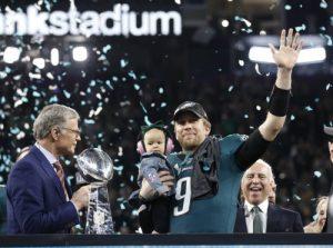 Nick Foles, Quarterback der Philadelphia Eagles, feiert mit seiner Tochter Lily den Superbowl