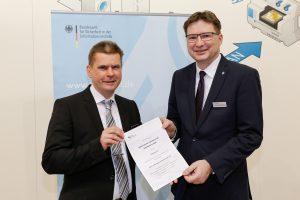 Thomas Gast (BSI) überreicht Dr. Kruschinski das Zertifierungsschreiben zur Sub-CA
