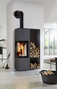 Sehr praktisch: Der Kaminofen ist auf Wunsch mit einem seitlichen Holzfach ausgestattet