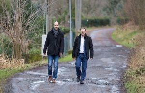 Projektsteuerer Mario Glage und Bürgermeister Sven Gabriel bei der Begehung der Schäden