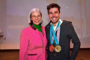 Regina Reitter (Walser Privatbank) gemeinsam mit Olympiasieger Johannes Rydzek