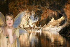 Grottenfee vor dem Märchendom der Saalfelder Feengrotten