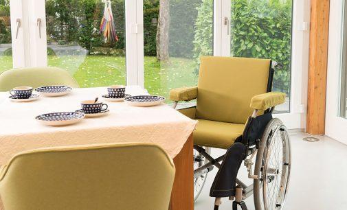 """Schwedischer Experte: SALJOLS Rollstuhl-Komfortbezug Extra wie """"Business Class für Rollstühle"""""""