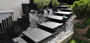 Schieferplatten im Garten beleben diesen und geben Struktur.