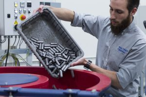 Im Labor des Test & Training Centre: Befüllen eines CF-Rundvibrators für das Gleitschleifen