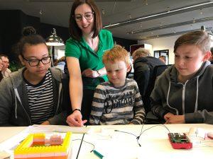 Die Teilnehmer der Codingwerkstatt verfolgen mit großem Interesse die Tipps der Trainerin.