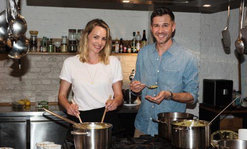 ?Moderator Jochen Schropp und Schauspielerin Simone Hanselmann kochen für Kinder