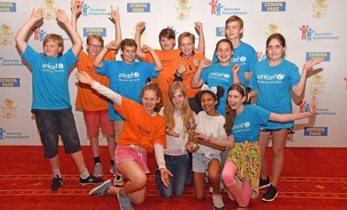 """Projekt """"SchokoFair – Stoppt Kinderarbeit!"""" aus Düsseldorf gewinnt Goldene Göre des Deutschen Kinderhilfswerkes"""