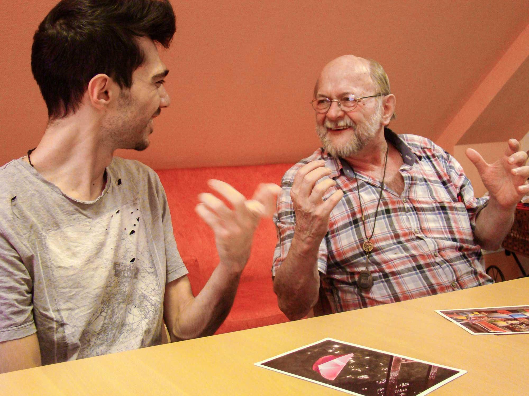 Beim internationalen Meeting gab es einen lebendigen Austausch zwischen Jung und Alt.