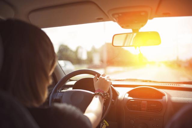 Für eine angenehme Innenraumtemperatur im Auto sorgt eine nicht zu kalt eingestellte Klimaanlage.