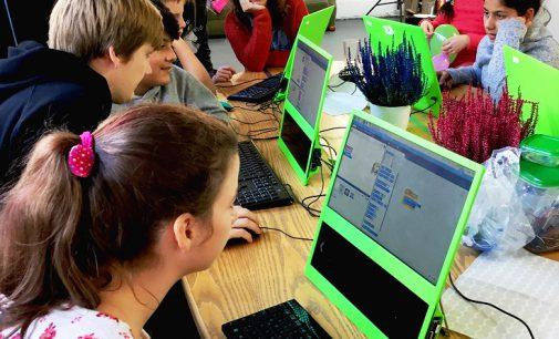 Ein Lego-Häuschen wird zum Smart Home: Arche Kids entdecken mit E WIE EINFACH und der Codingschule das Programmieren