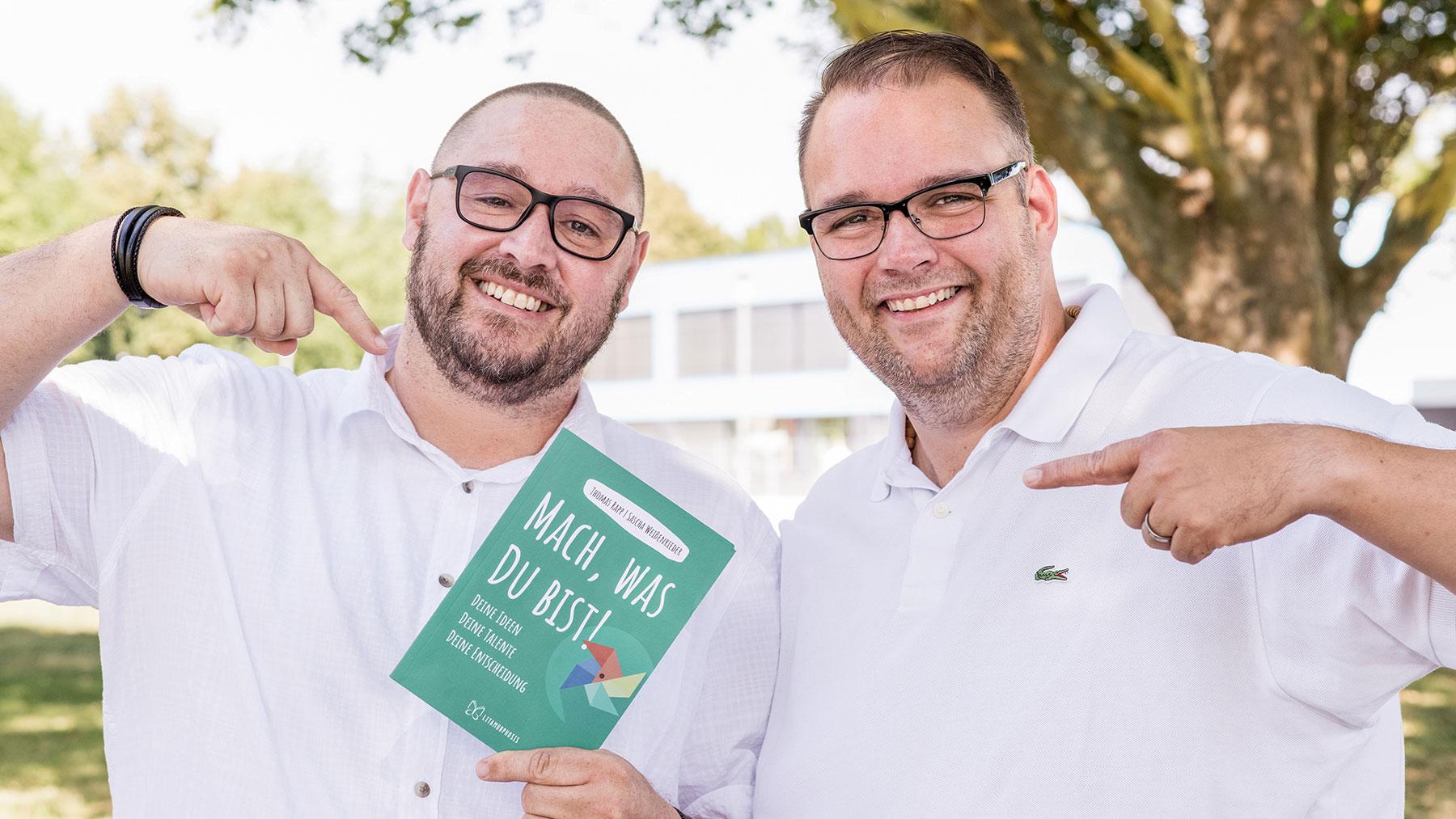 """Sascha Weißenrieder und Thomas Rapp mit ihrem Buch """"Mach, was Du bist!"""""""