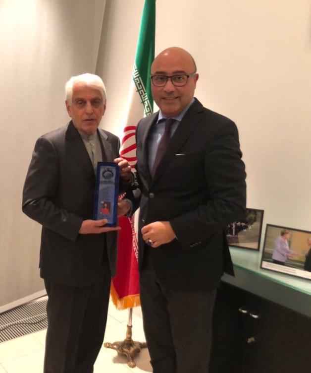 Alexander Gorjinia (CDU) überreicht den Preis an Botschafter Majedi.