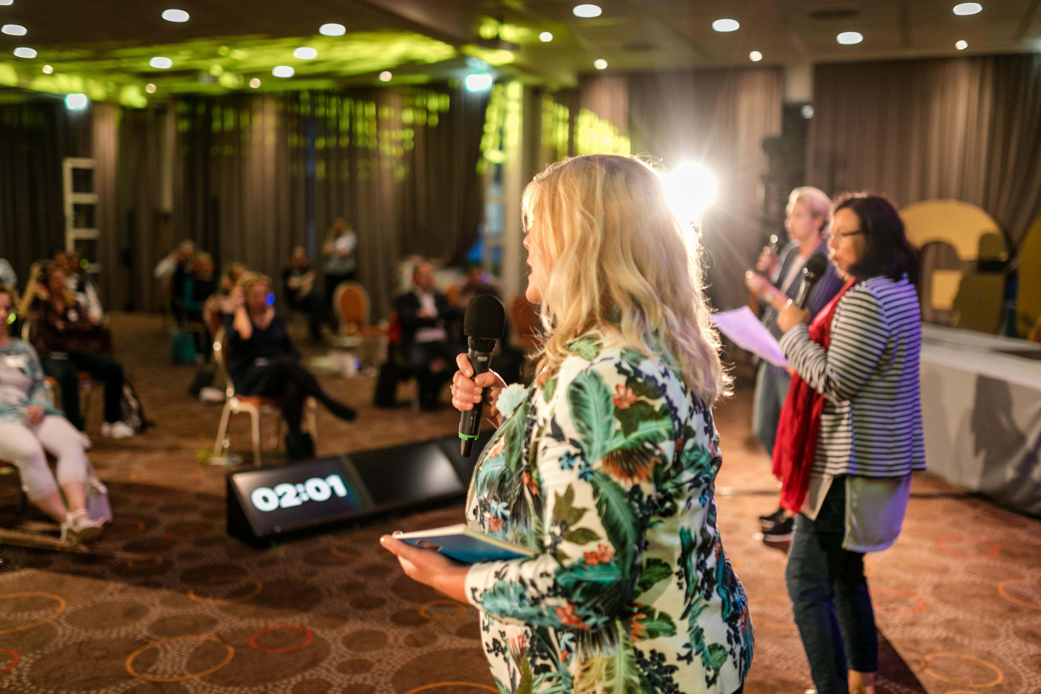 Durch Mimik und Gestik überzeugte Mirjam Saeger mit ihrem Vortrag beim Silent Speaker Battle ®