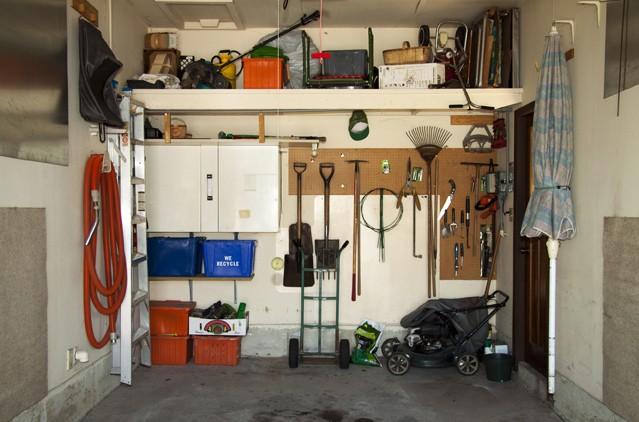 Sperrige Gegenstände wie Gartenmöbel oder Sonnenschirme gehören nicht in die Garage.