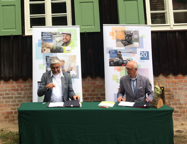 E.DIS und die Stiftung WaldWelten besiegeln ihre Partnerschaft  für den Klimaschutz in Brandenburg.