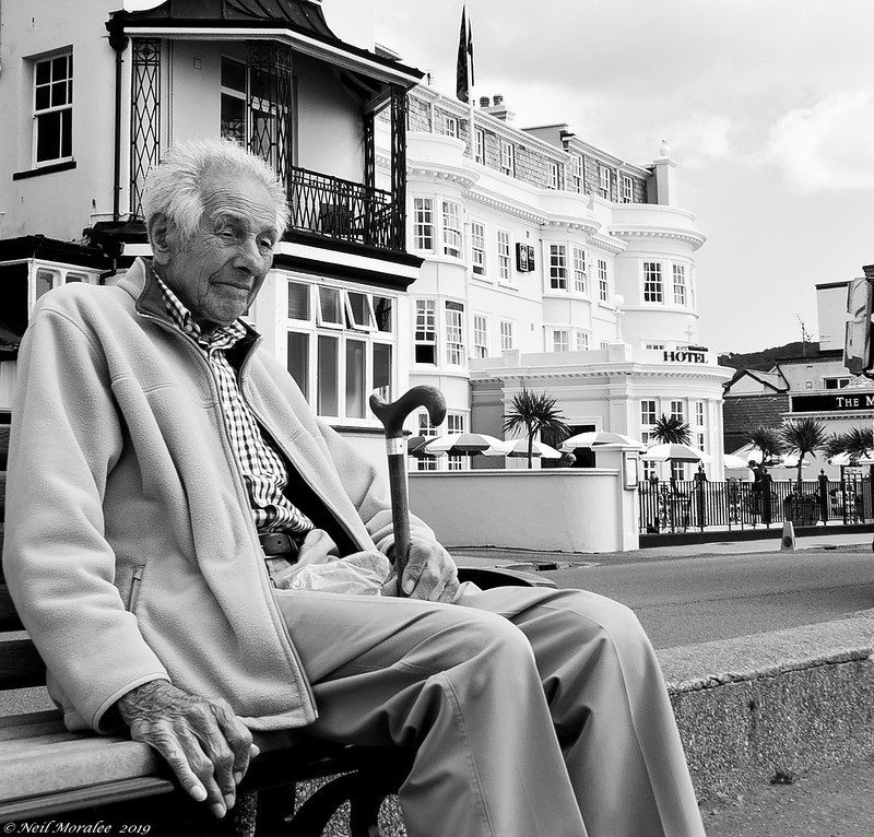 Beeinflusst die Muttersprache, wie früh man das Gefühl hat, altersschwerhörig zu sein?