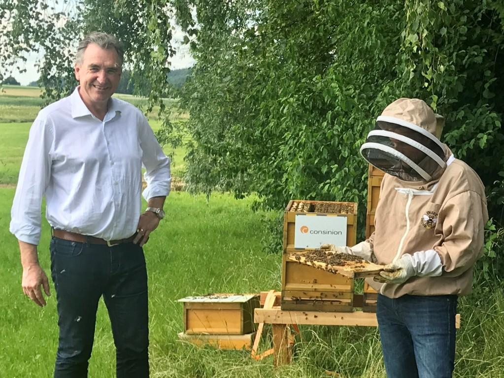 Joachim Lang mit seinen neuen Arbeiterinnen: consinion investiert in den Umwelt- und Naturschutz