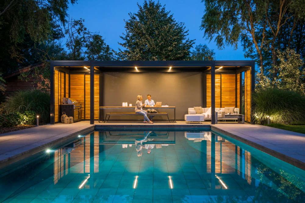 Mit einer Lamellendach-Pergola lassen sich Garten und Terrasse auf vielfältige Weise gestalten.