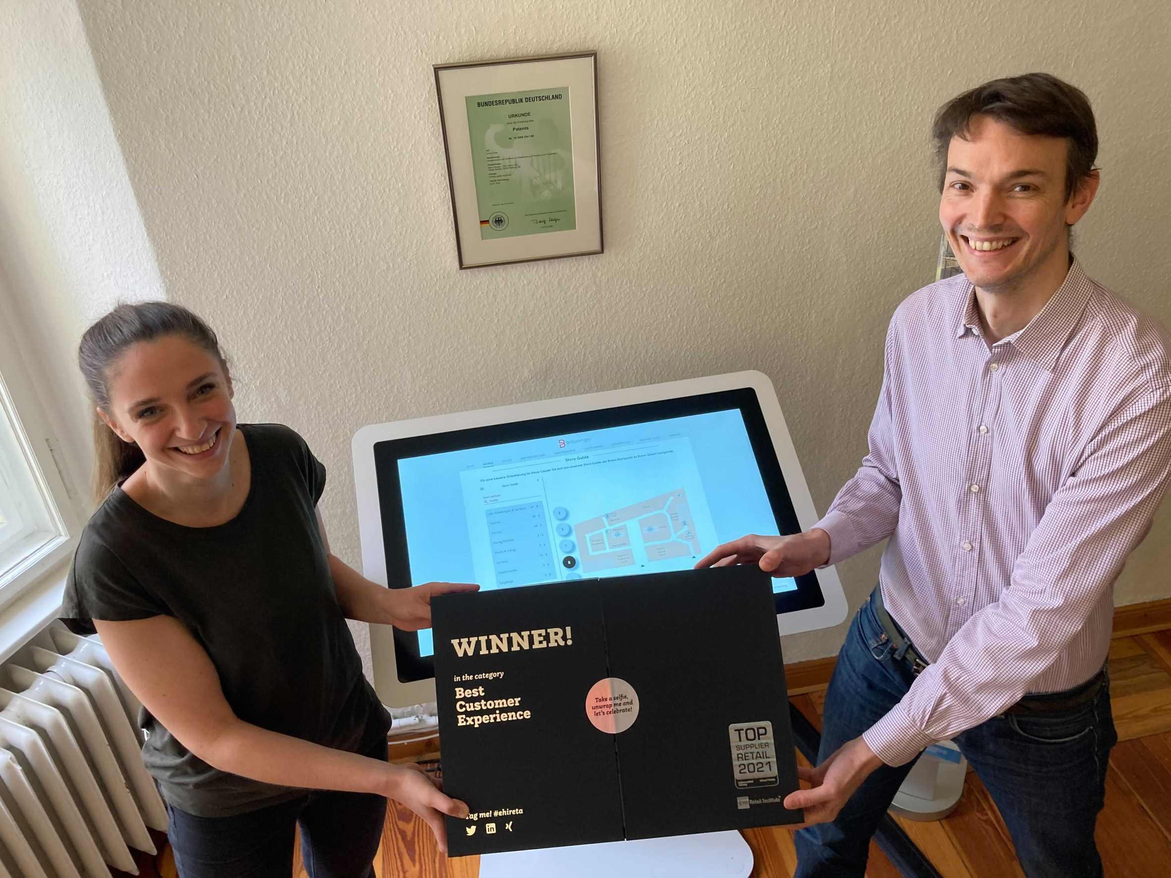 """Vivia Kusebauch und Adrian Zentner präsentieren den reta award """"Top Supplier Retail"""""""