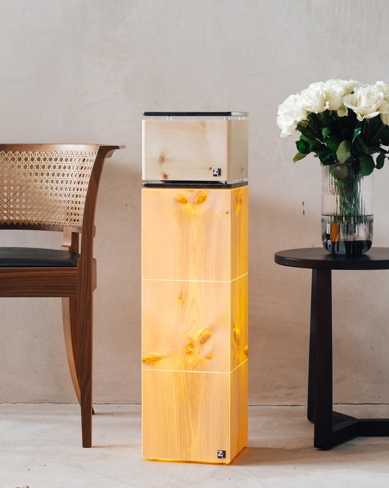 ZirbenLüfter® CUBE rondo stone für bis zu 40 m2 mit ZirbenLüfter® LAMP cube 3.21. Furnierlampe