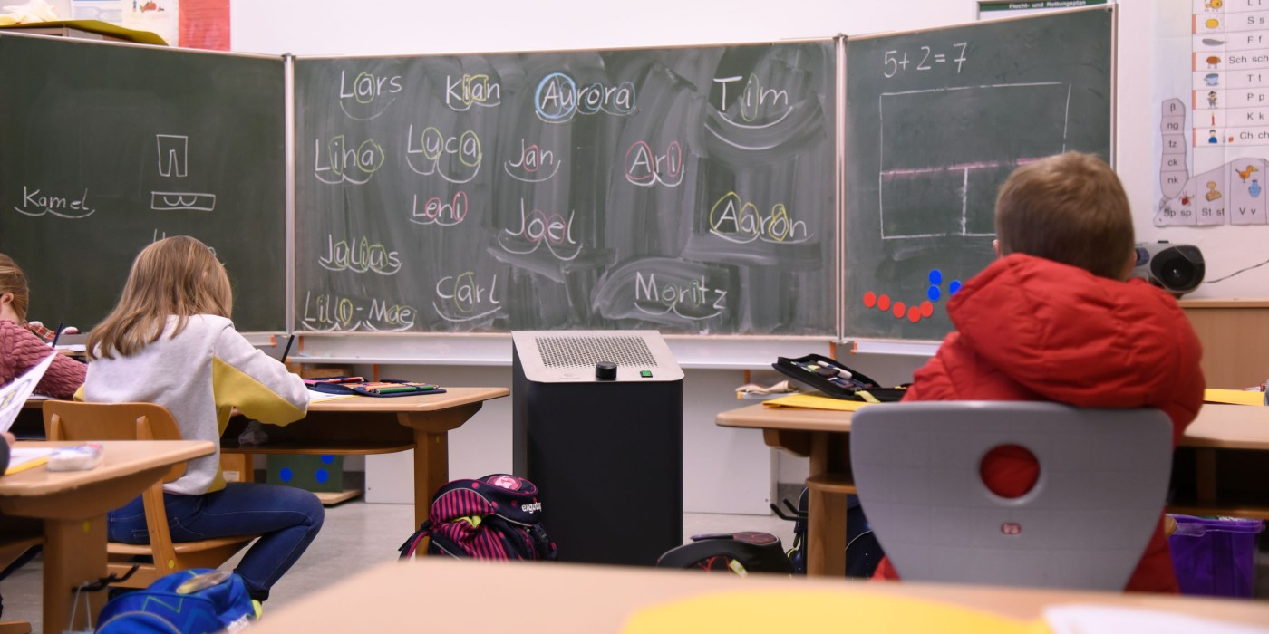 Einsatz eines Calistair Luftreinigungsgeräts in einem Klassenraum einer Grundschule.