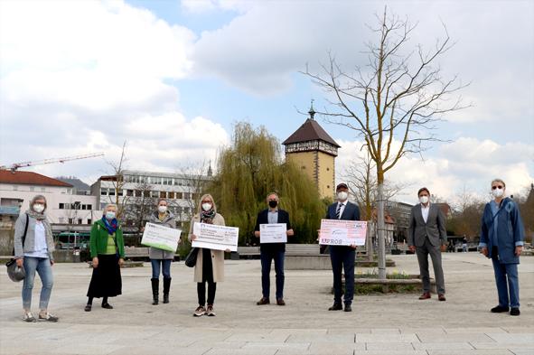 Alle sind von der Sache überzeugt. Spendenübergabe vor dem Tübinger Tor in Reutlingen
