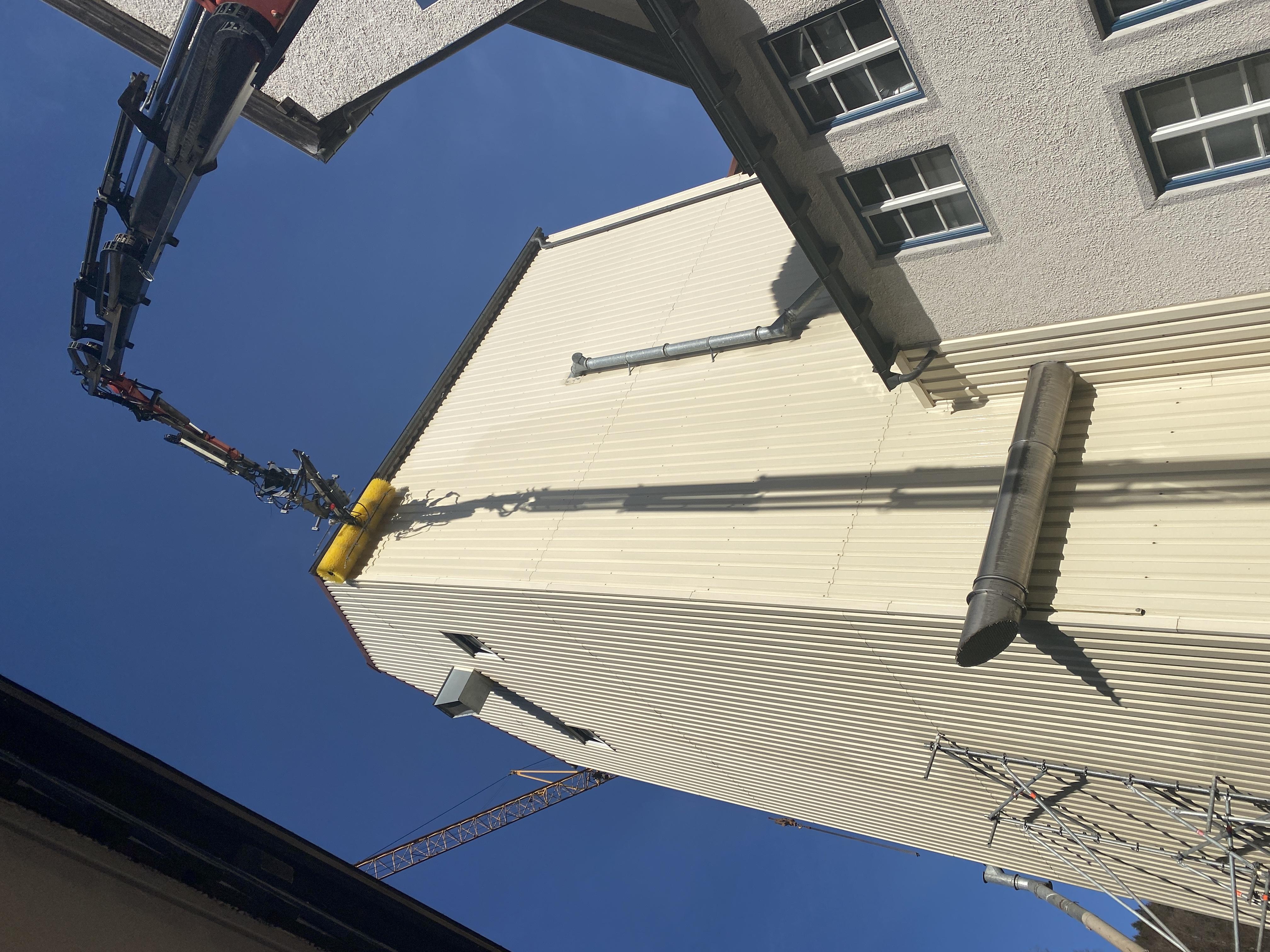Hoch hinaus: Der WallCleaner bei der Reinigung eines 16 Meter hohen Turms.