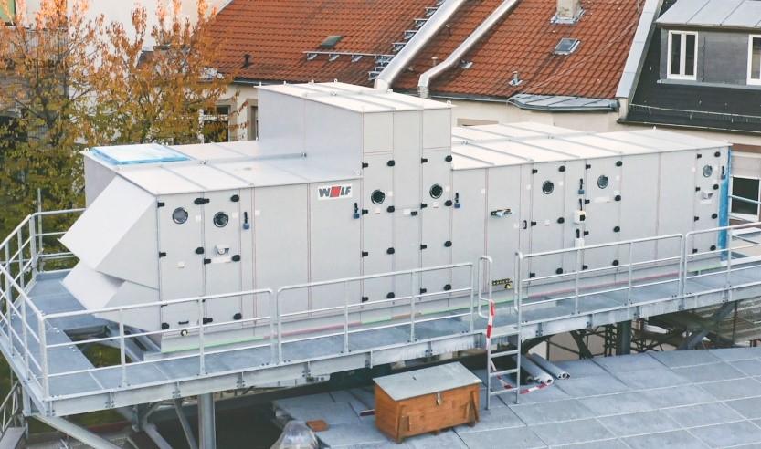 Das wetterfeste WOLF RLT-Gerät wurde beim Capitol Mannheim auf einer Dach-Plattform installiert.