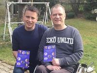 Ronny Kienert und Sascha Stoltze mit den Buch 'Anstarren oder Wegsehen?'
