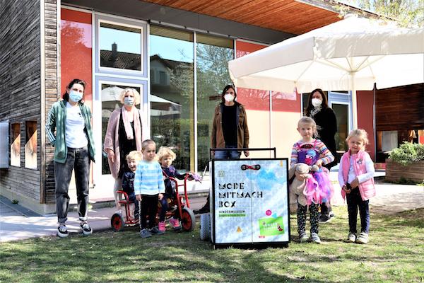 Kinder und Team des element-i Kinderhauses Bengelbande mit der Mode-Mitmachbox des Jungen Schlosses.