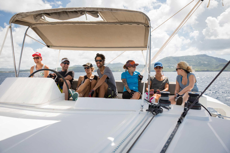Junge Segelcrew and Bord eines Katamaran