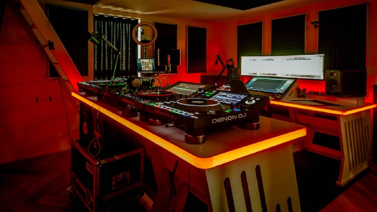 Zaor und Terry Golden: DJ nutzt Custom-Lösung des Studiomöbel-Spezialisten