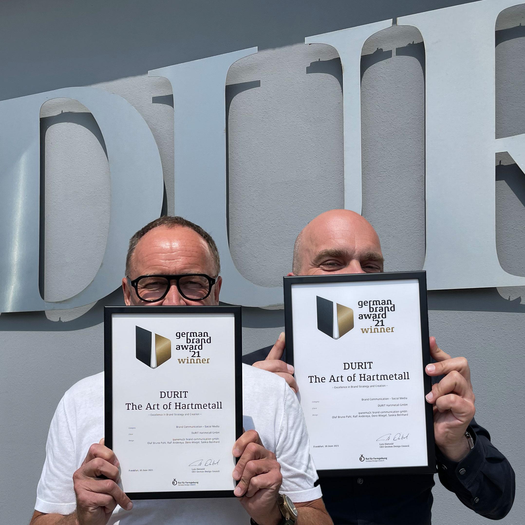 Michael Mense (DURIT Hartmetall) und Ralf Andereya (ipanema2c) präsentieren die Auszeichnung.