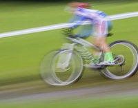 Alarmzeichen Rückenschmerz: Worauf man bei Kindern, die intensiv Sport treiben, achten muss