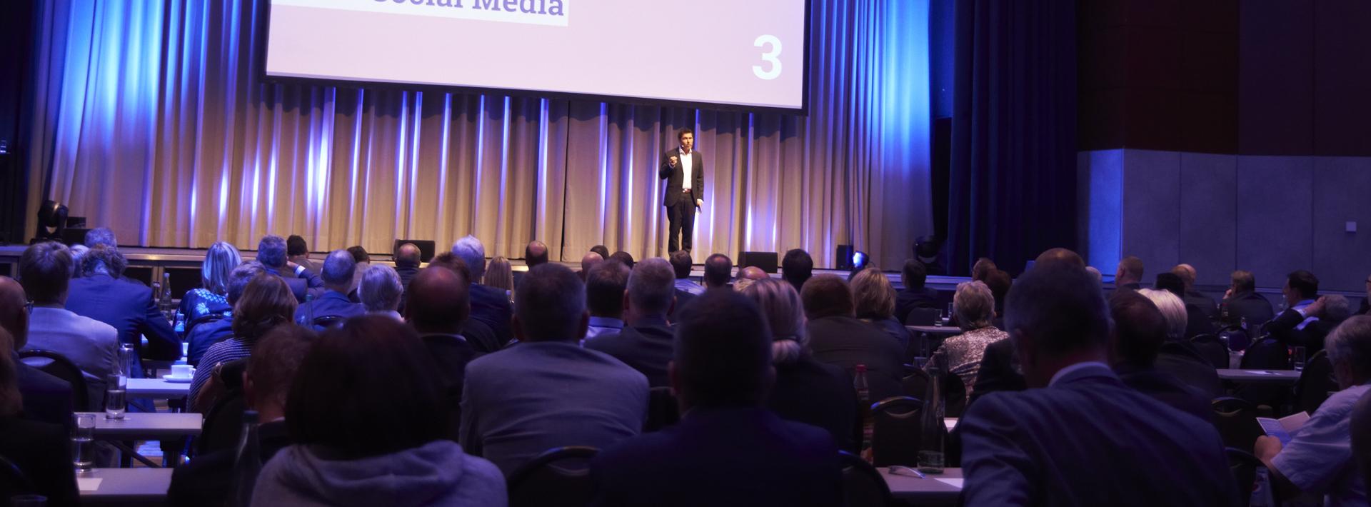 Keynote Speaker Tim Cortinovis auf der Bühne