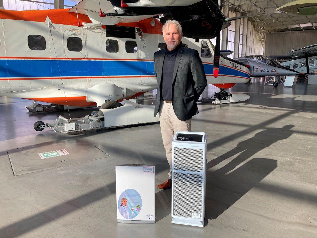 Irén Dornier, Mitbegründer der Dornier New Technologies GmbH, neben neuer Filteranlage.