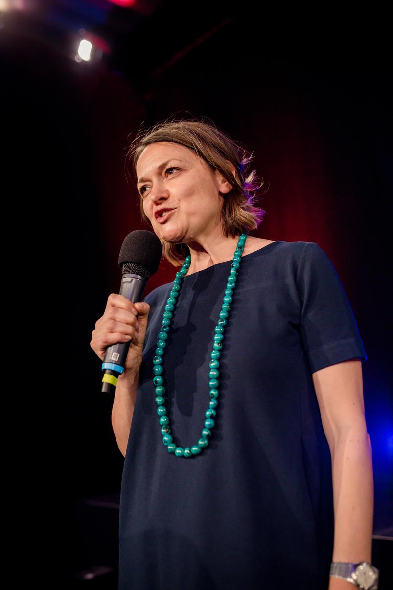 Helena Rieder aus Trier auf der Bühne des 3. internationalen Speaker Slam