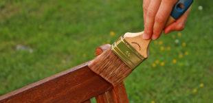 Strapaziertes Holz im Garten: Schutz und Pflege mit Natur-Lasuren