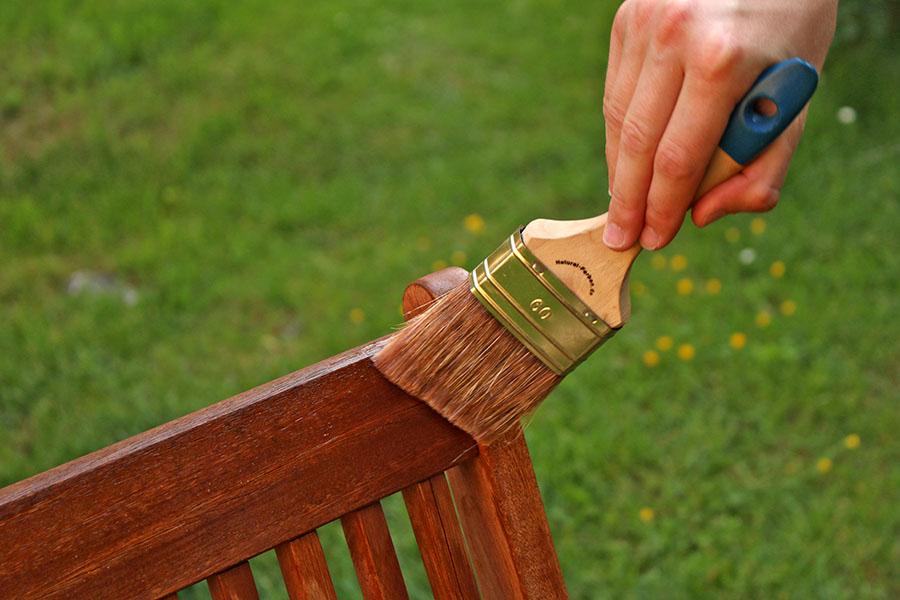 Die Lasuren dringen leicht ins Holz ein und betonen die Maserung. Die Oberfläche fühlt sich angenehm samtig an.
