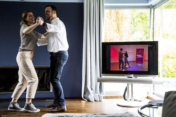 Cha Cha Cha und Wiegeschritt: Online tanzen lernen in der ersten hybriden Tanzschule.
