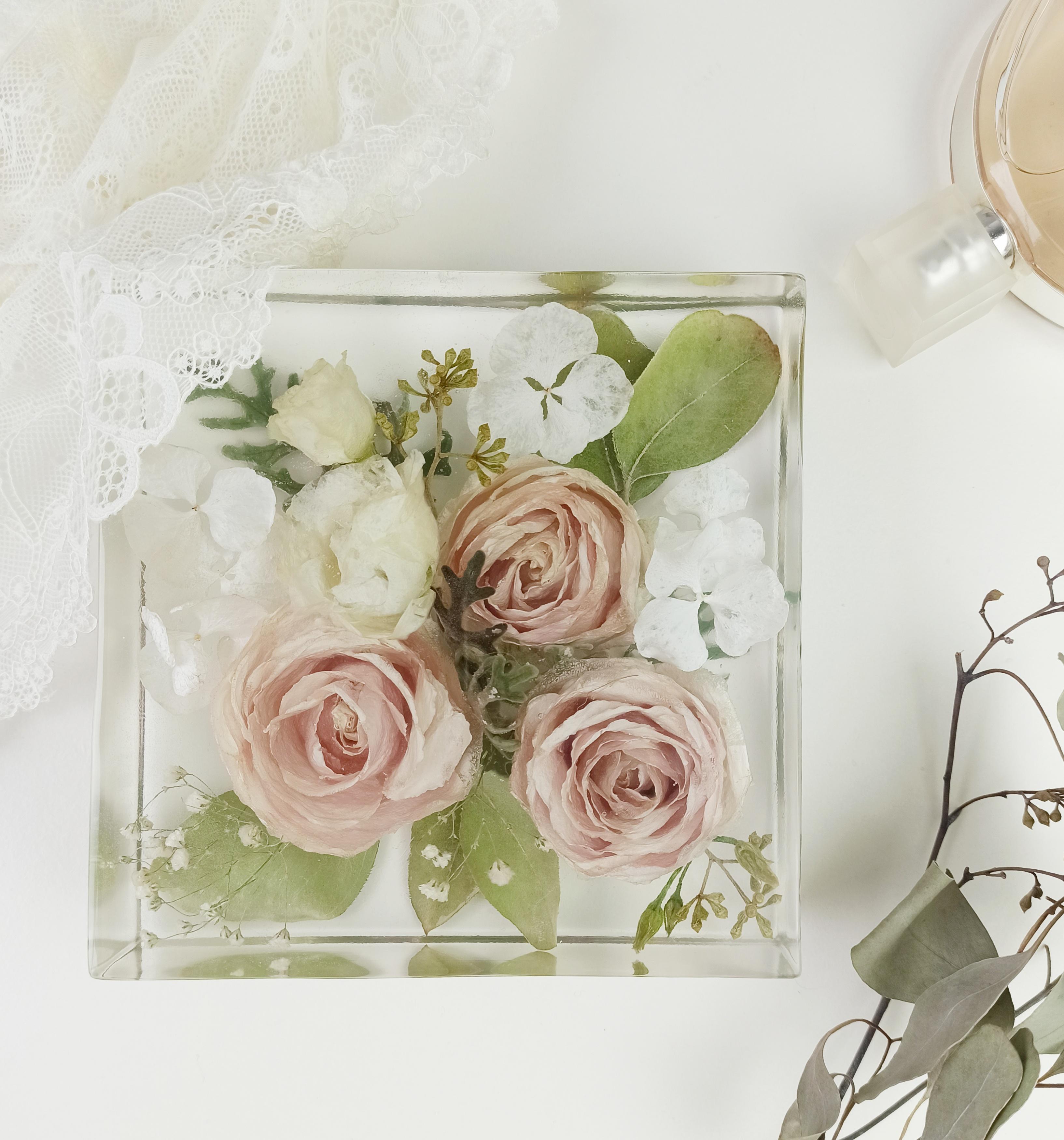 Quader mit Brautblumen