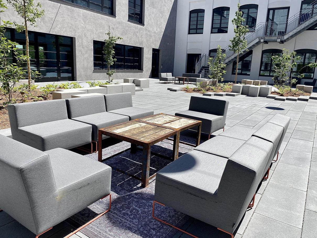 Der Innenhof wird zur Networking Lounge - Design Offices München Macherei