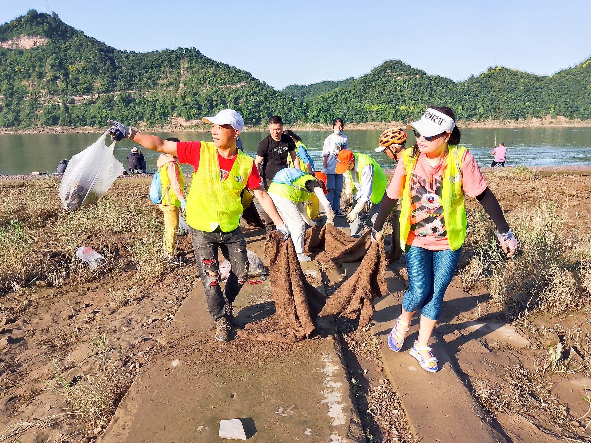 """Engagierte Bürger der Stadt Yichang befreien """"ihren"""" Jangtse regelmäßig und freiwillig von Unrat"""