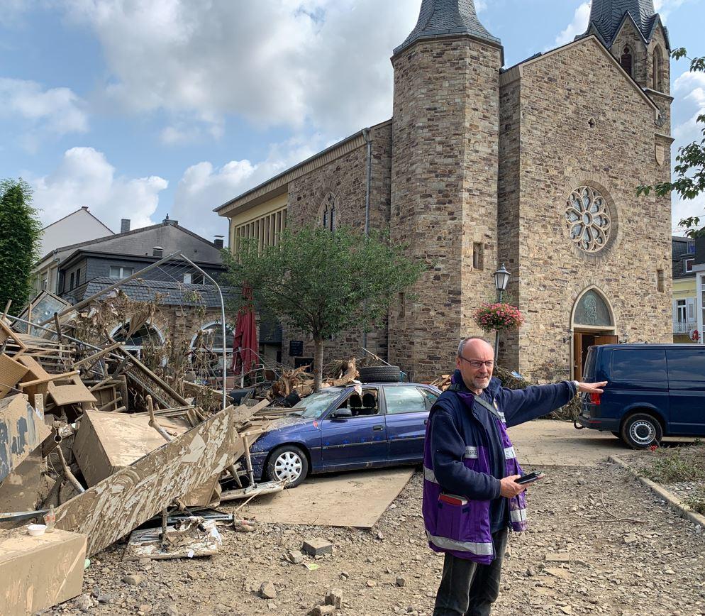 Pfarrer Friedemann Bach vor der Martin-Luther-Kirche in Bad Neuenahr.